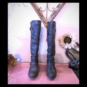 Knee- high boots; 9M